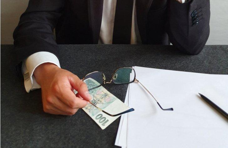 Kompenzace a vyplacení mzdy a odstupného přes úřad práce