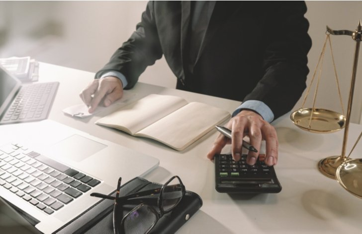 Jak se určuje odměna advokáta: kolik stojí právník
