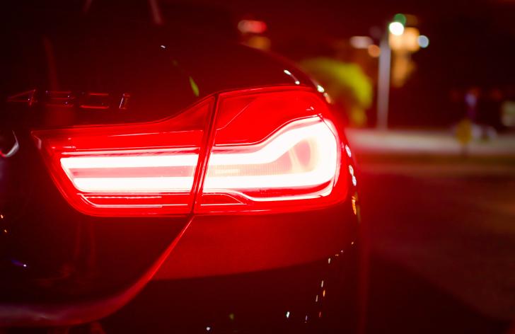 Hmlové svetlá na jeseň a v zime: v čom robia šoféri najväčšiu chybu?