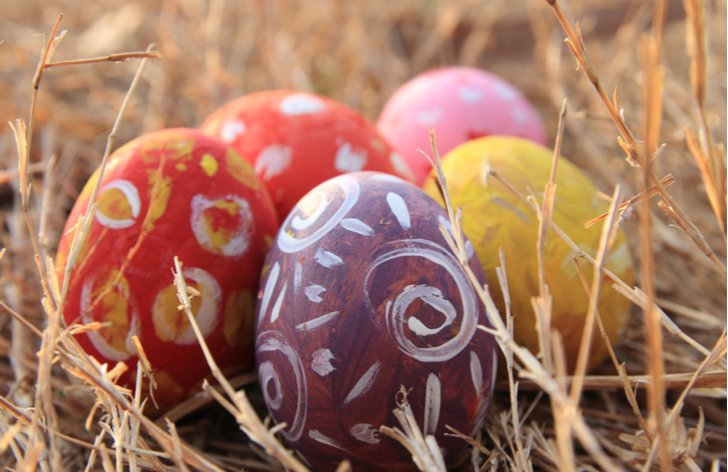 Zavřené obchody na Velikonoce: příplatky za svátek, ošetřovné