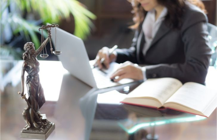 Návod ako si najať advokáta