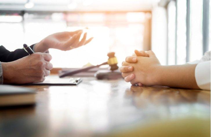 Advokát, právnik alebo notár? Za kým ísť?