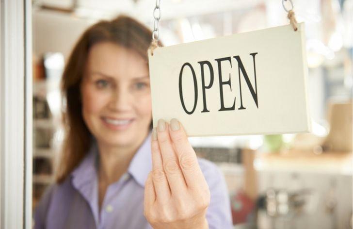 Otvárajú sa malé obchody a trhoviská, uvoľnovanie opatrení začalo