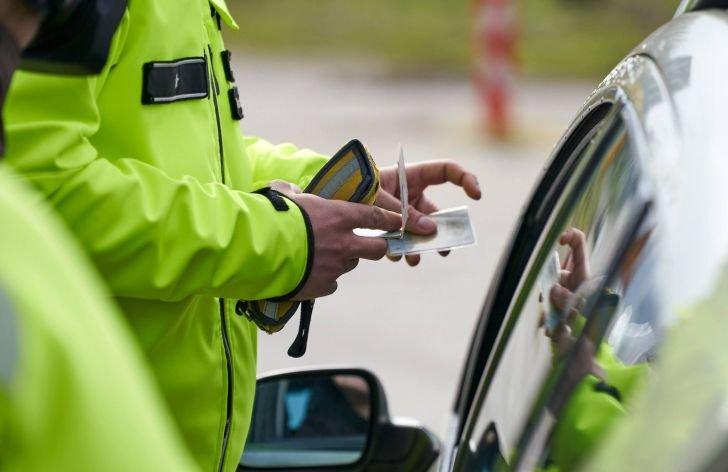 Môžu policajti zadržať cyklistovi vodičák?