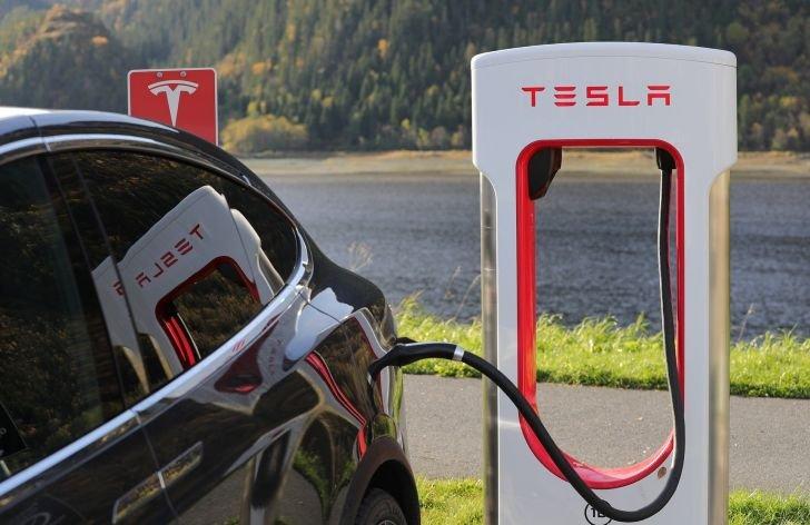 Tesla atakuje nové historické maximá