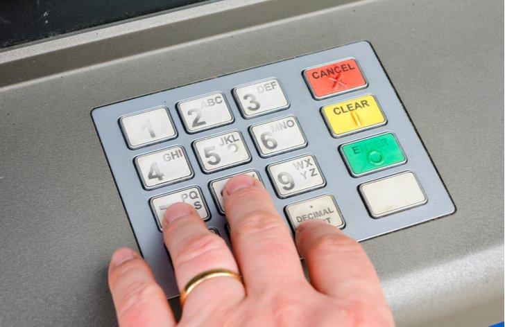 Výměna peněz a výběr z bankomatu na dovolené
