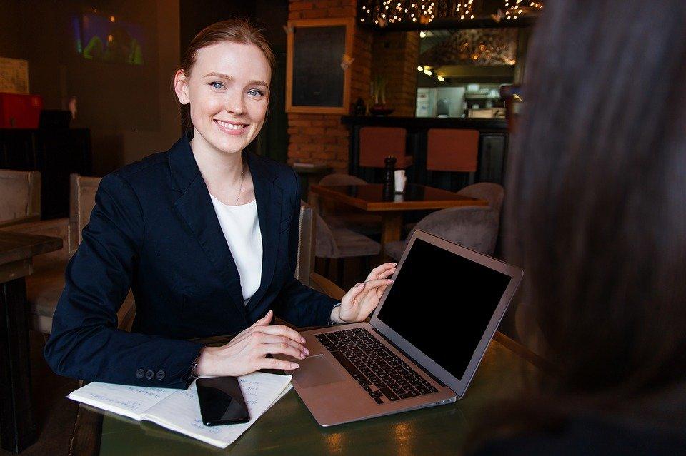 Studium MBA je časově flexibilní a umožňuje sladění s pracovním výkonem.